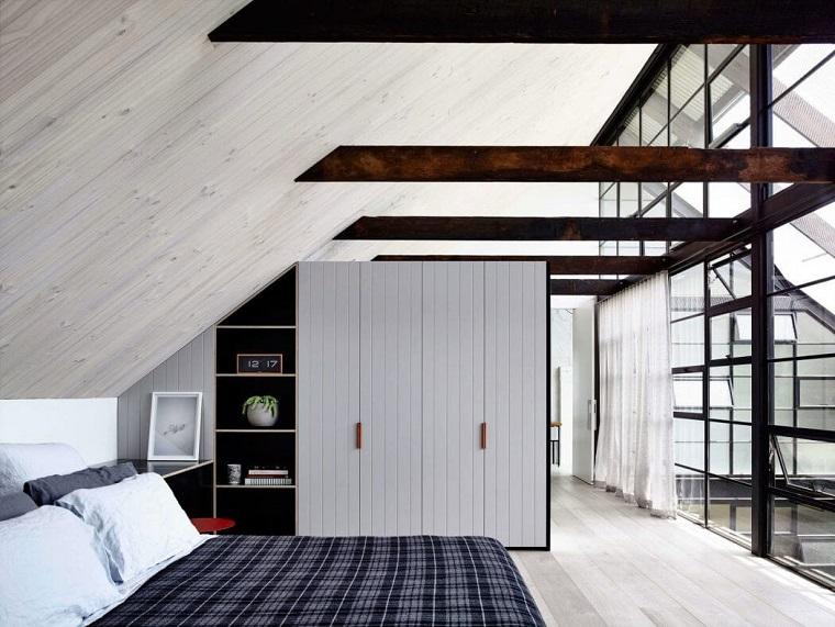 Camera da letto con armadio, arredo industrial con travi di legno, camera da letto mansardata