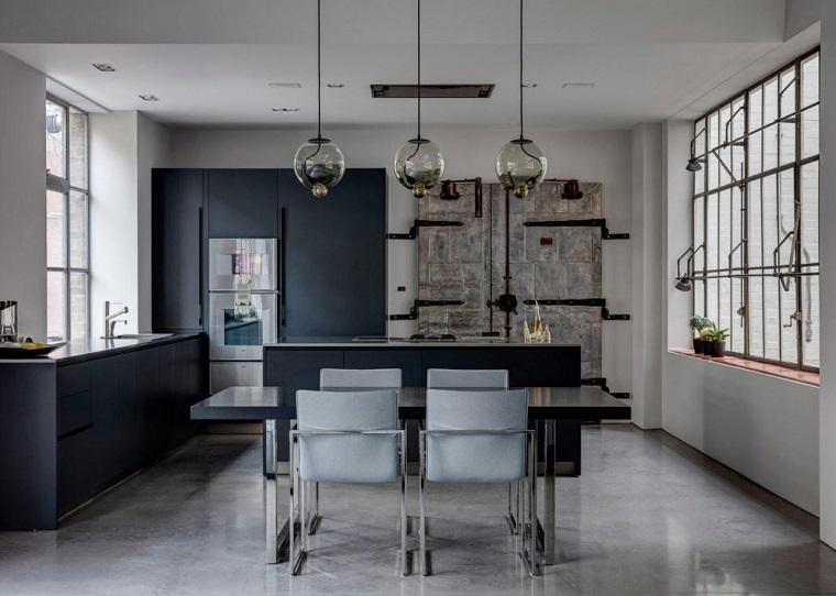 Arredamento industriale, cucina con tavolo da pranzo in vetro, tre lampade di vetro sospese