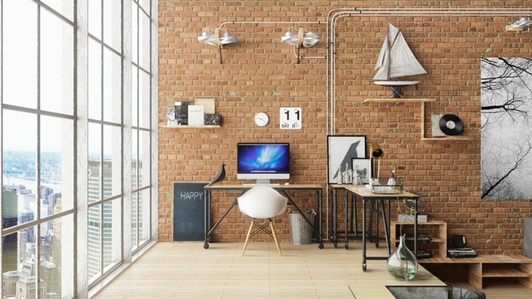 Ufficio in casa, parete con rivestimento in mattoni, scrivania con computer e sedia