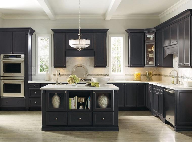 parquet-grigio-chiaro-cucina-mobili-neri