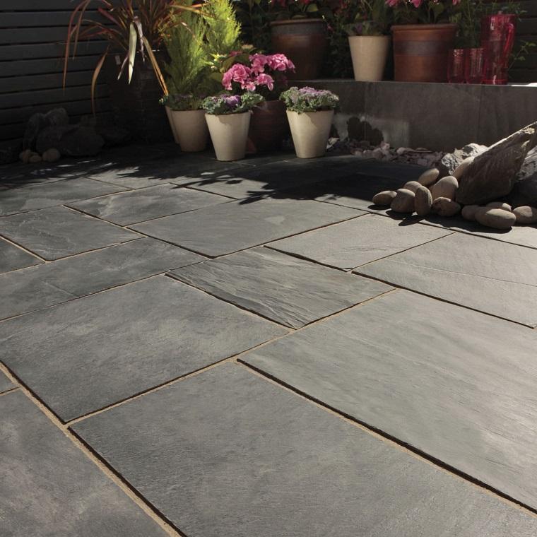 pavimento-da-giardino-grandi-mattonelle-scure