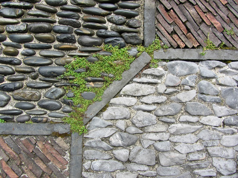 pavimento-giardino-composizione-sassi