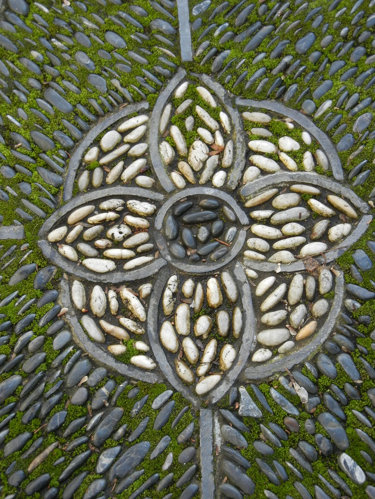 pavimento-giardino-mosaico-sassi-fiore