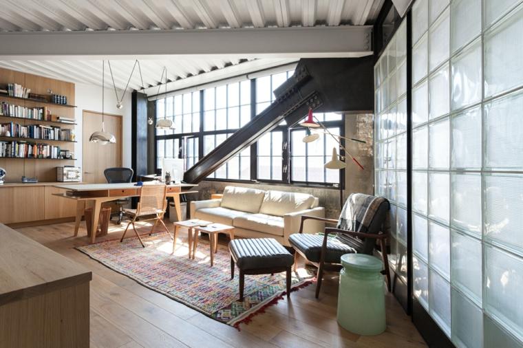 Soggiorno con soffitto in legno, mobili industriali vintage, pavimento in legno parquet con tappeto