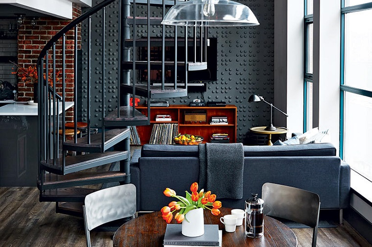 Loft con scale interne, soggiorno con divano e tavolo da pranzo, salotto industrial