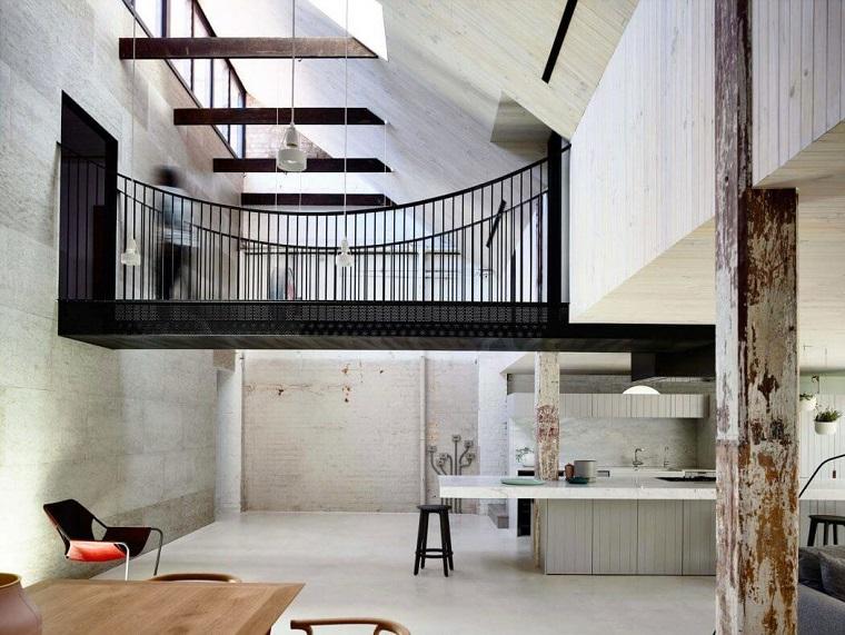Mobili industriali vintage, loft con soppalco e ponte, cucina e sala da pranzo insieme