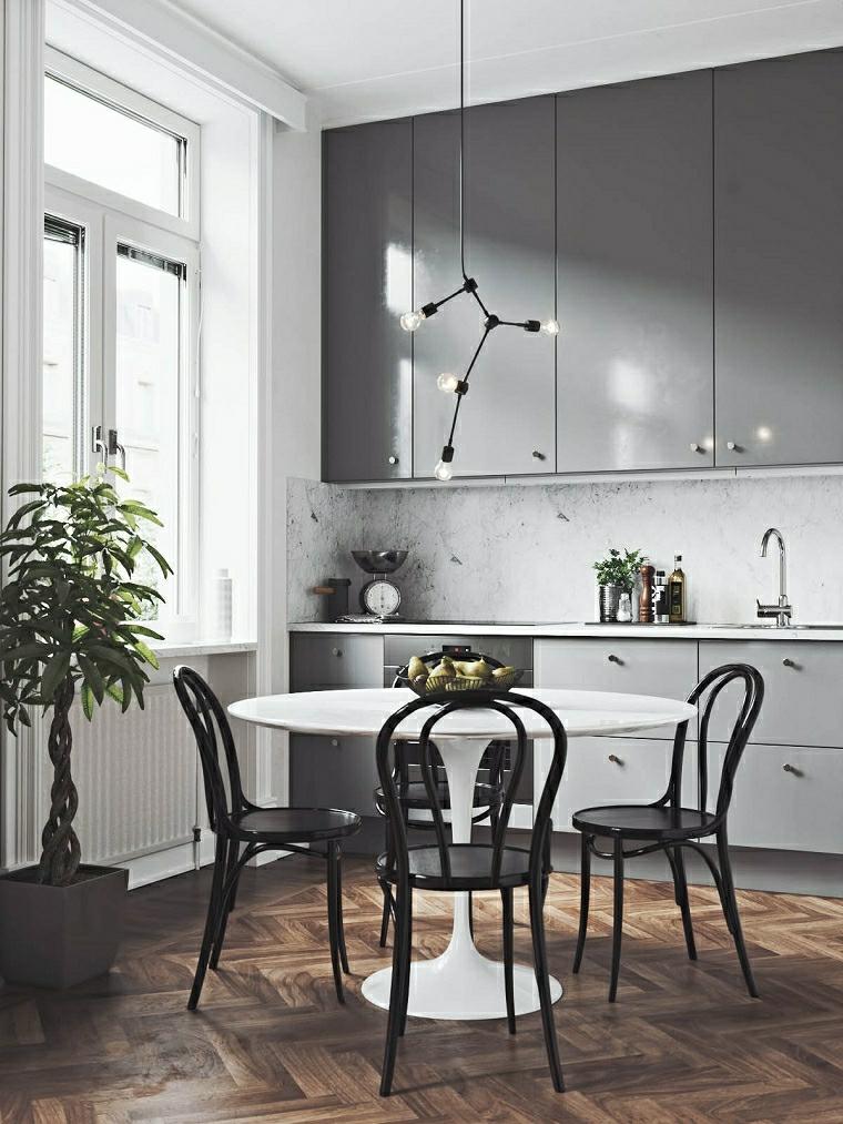 tavolo da pranzo rotondo arredare cucina piccola paraschizzi con piastrelle bianche