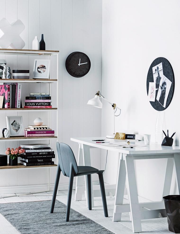 Scrivania in legno con sedia, ufficio in casa, libreria con libri