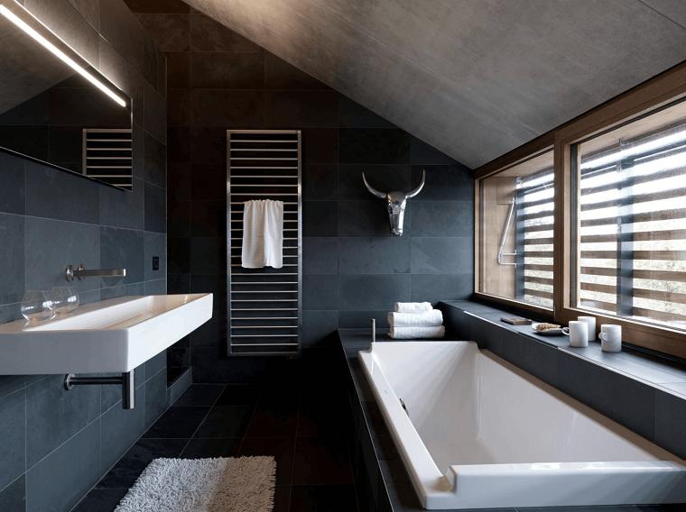 arredamento minimal-bagno-vasca-soffitto-pendenza