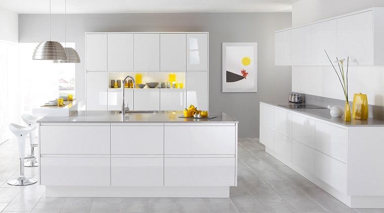 arredamento-moderno-cucina-bianca-accenti-colore-giallo