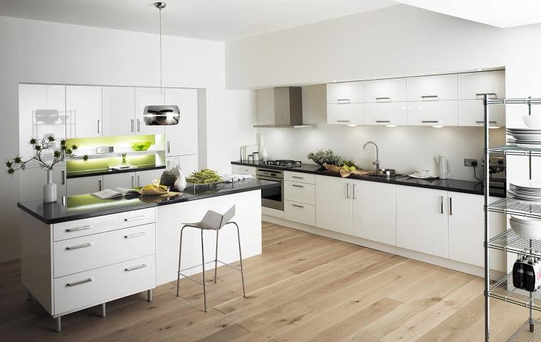 arredamento-moderno-cucina-bianca-pavimento-legno