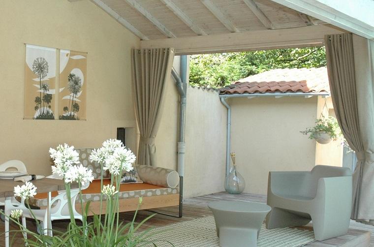 arredare-balcone-proposte-sedute-tavolo-tenda
