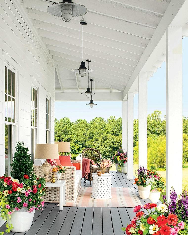 arredare veranda-mobili-colore-bianco-fiori