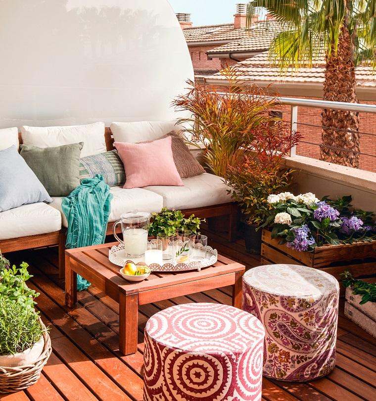 arredo terrazzi-mobili-legno-cuscineria-colorata