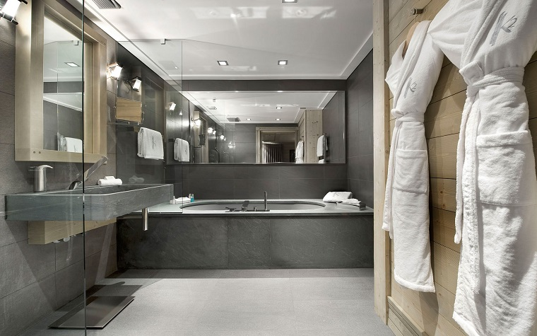bagno-grigio-grande-vasca-rettangolare