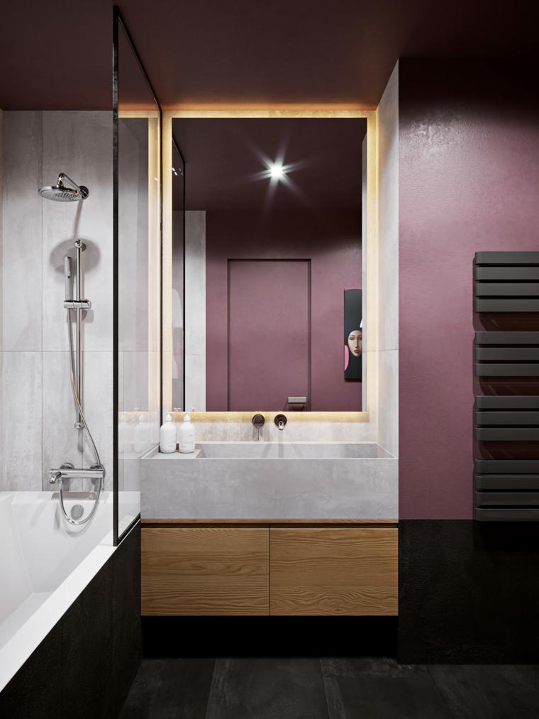 Bagno con vasca, mobile bagno con cassetti in legno, parete bagno dipinta con vernice viola