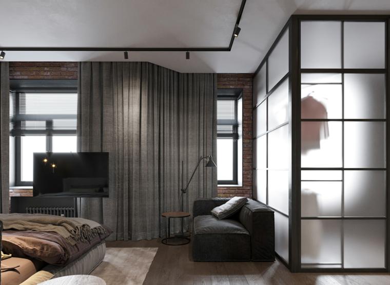 Colori rilassanti, tende di colore grigio, pavimento in legno parquet, cabina armadio in camera