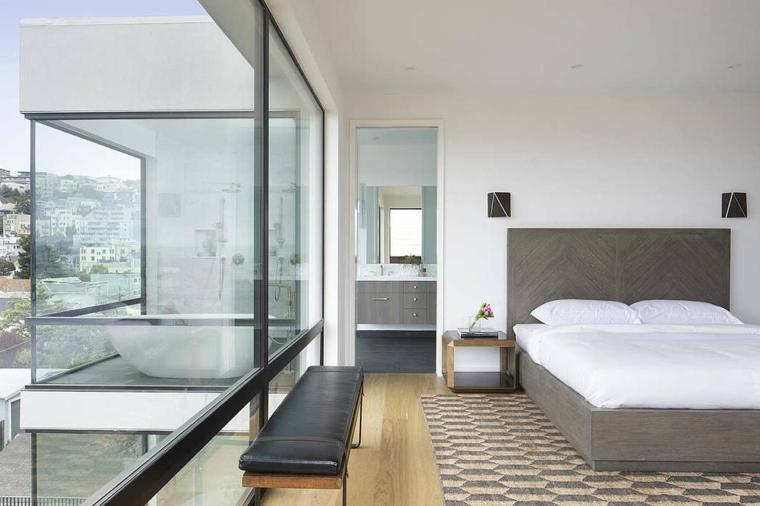 Testata letto di legno, camera con bagno padronale, vasca da bagno ovale, colori rilassanti