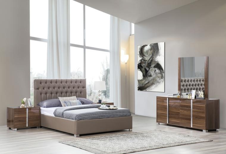 Mobili in legno scuro, pareti bianche, tinte pareti, decorazioni con quadri, pavimento in legno