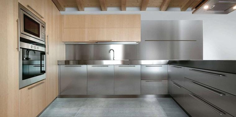 cucina-acciaio-mobili-legno-chiaro