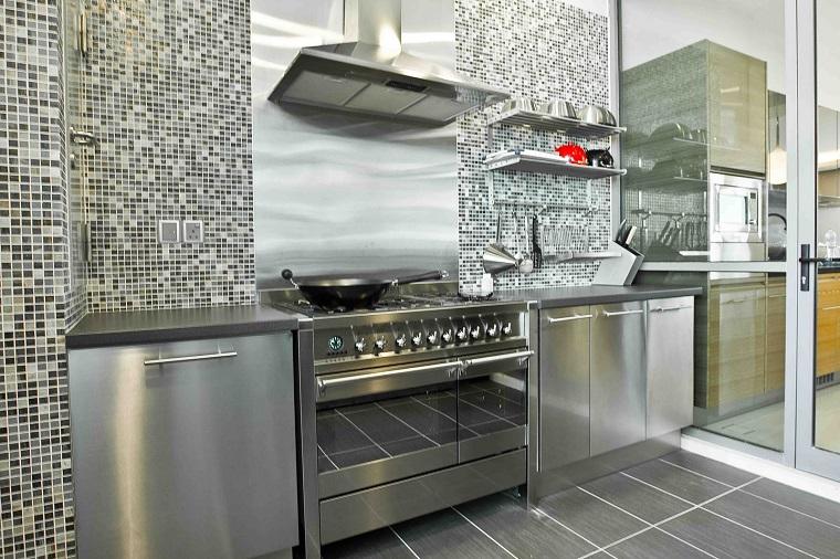 cucina-acciaio-parete-mosaico