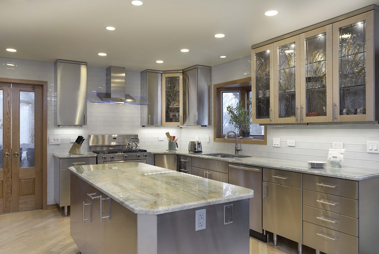 cucina-acciaio-top-marmo-chiaro