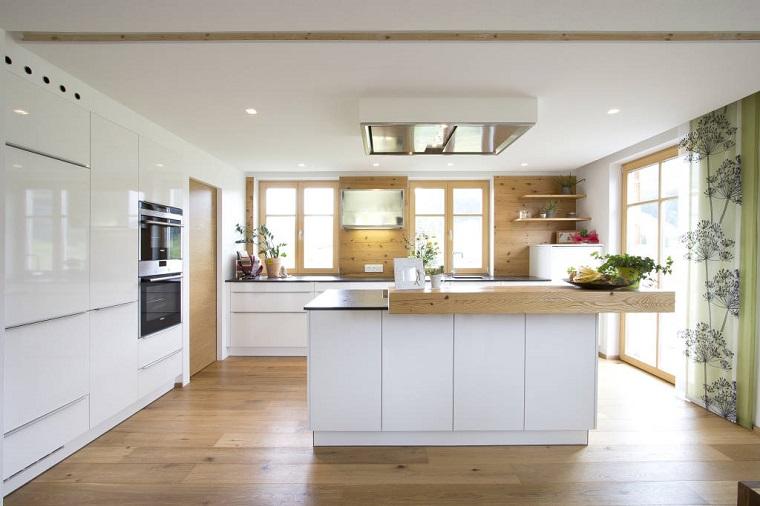cucina bianca-arredamento-moderno-pavimento-legno