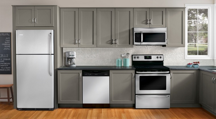 cucina-bianca-e-grigia-elettrodomestici-vista