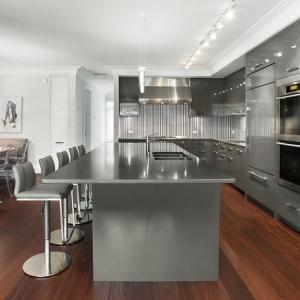 Cucine bianche moderne con inserti in legno le nuove tendenze - Cucina moderna bianca e grigia ...