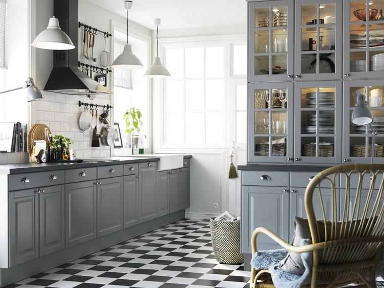 cucina-bianca-e-grigia-stile-rustico