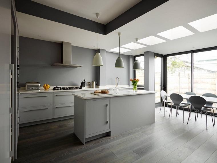 cucina-bianca-grigia-tavolo-isola