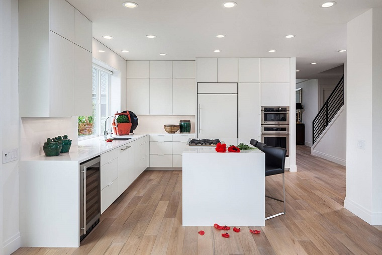 cucina bianca moderna-pavimento-legno