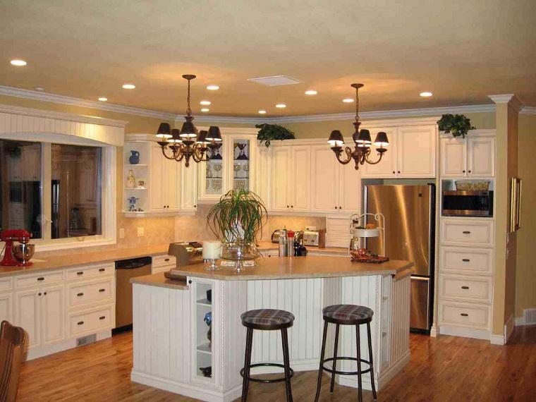 cucina-piccola-con-isola-mobili-bianchi