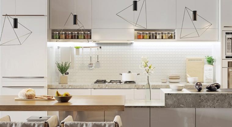 Paraschizzi cucina in piastrelle bianche, top in marmo, lampade in triangoli di metallo