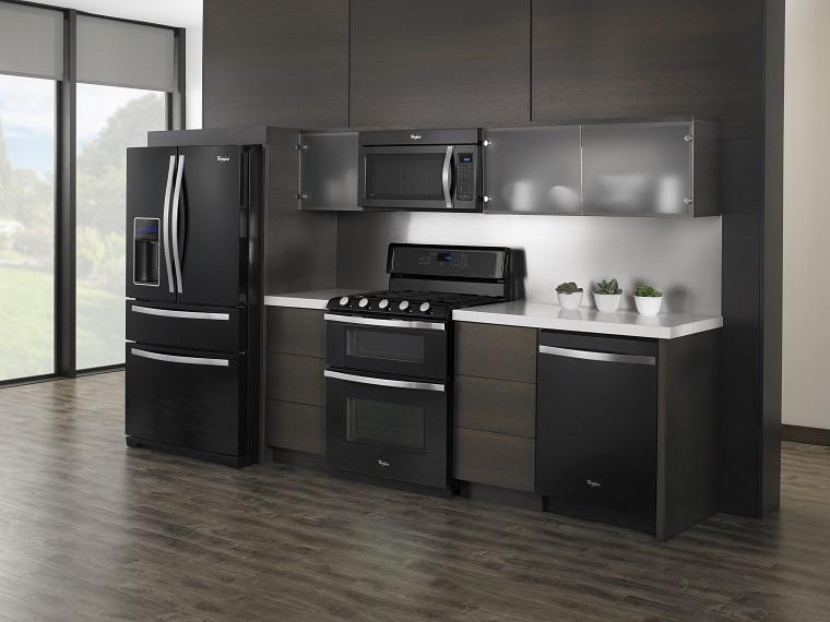cucine-acciaio-inserti-legno-ante-nere
