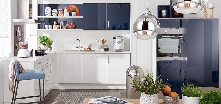 cucine-bianche-arredamento-moderno-accenti-colore-blu