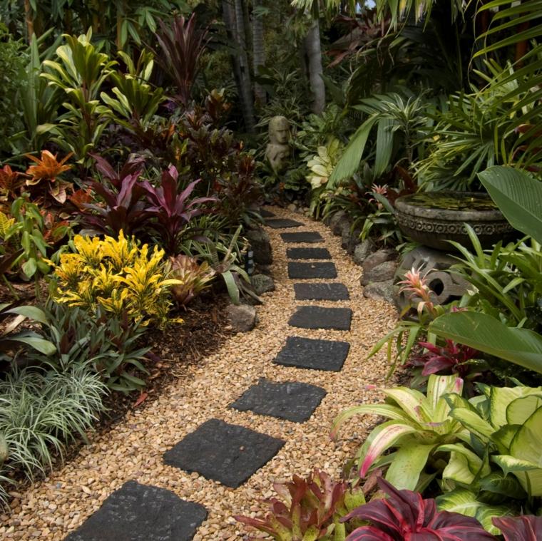 giardini con pietre-camminamento-piante-verdi