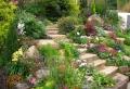 Giardino in pendenza: idee e soluzioni per la progettazione