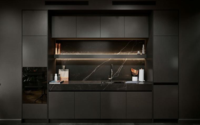 Come arredare la cucina, mobili cucina di colore nero, mensola cucina con retro illuminazione