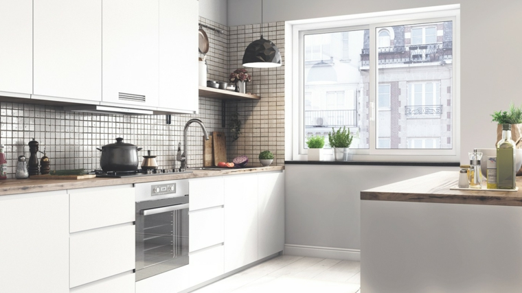 Paraschizzi cucina in piastrelle bianco e nere, top isola centrale in legno
