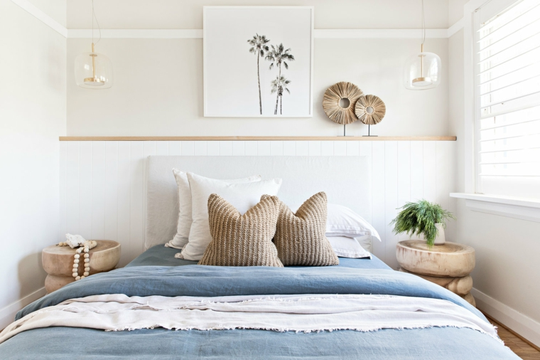 Colori camera da letto, pareti dipinte di bianco, comodini in legno, decorazioni da parete