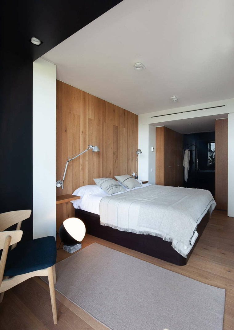 Dipingere camera da letto due colori, pareti bianco e nero, parete in legno, pavimento n parquet chiaro