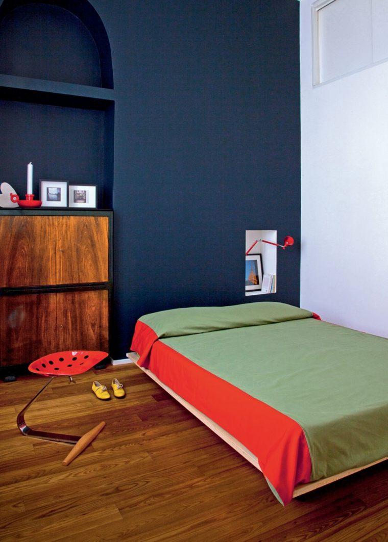 pareti-camera-da-letto-blu-pavimento-in-legno