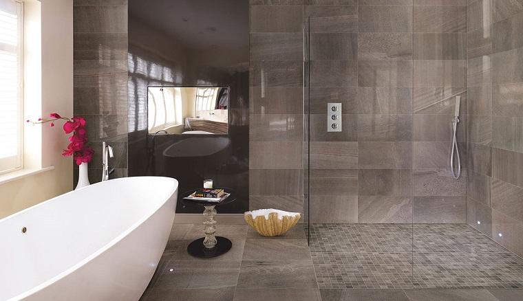 Rivestimento bagno moderno dalle piastrelle ai pannelli - Bagno moderno grigio ...