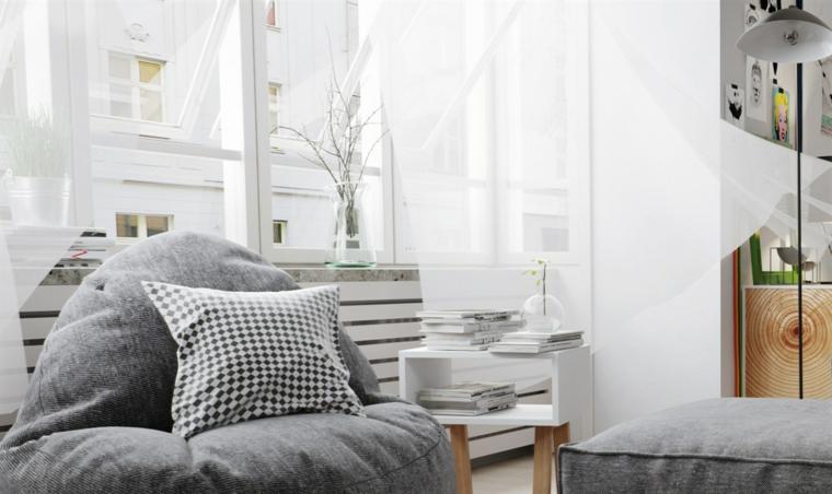 Arredamento con un pouf poltrona di colore grigio, arredamento soggiorno scandinavo