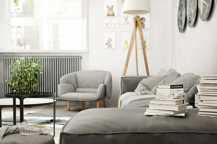Soggiorno con divano di colore grigio, decorazione da parete con orologi