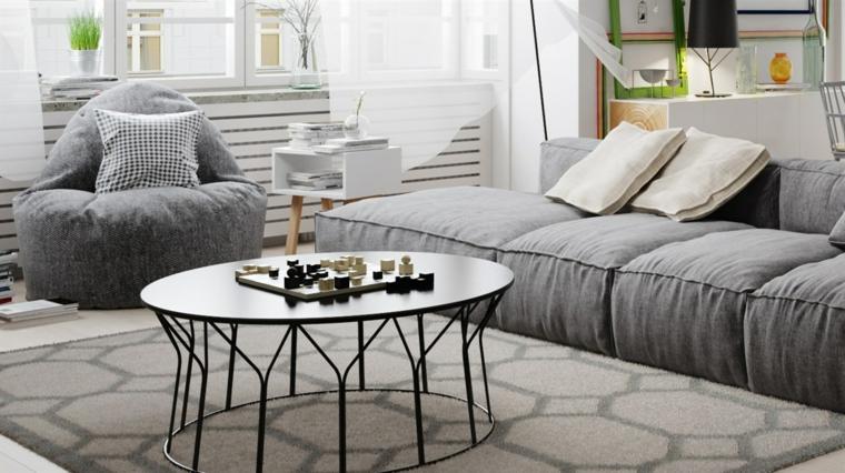 Soggiorno con divano di colore grigio, tavolino di metallo colore nero
