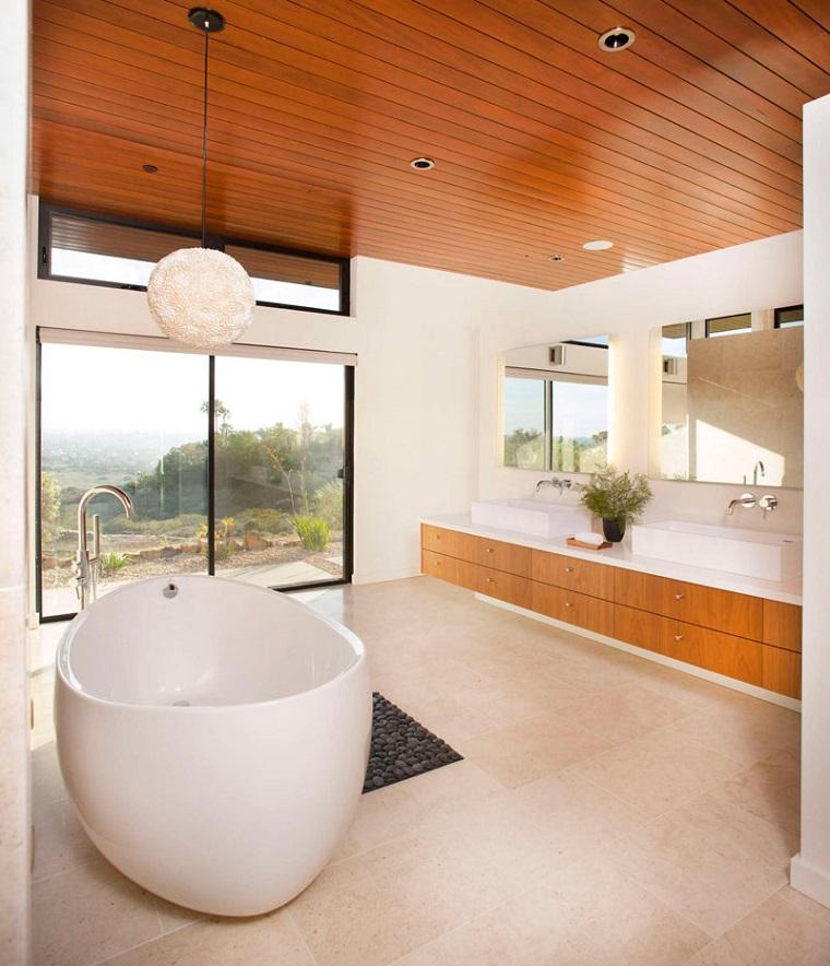 soffitti-in-legno-arredamento-bagno-vasca