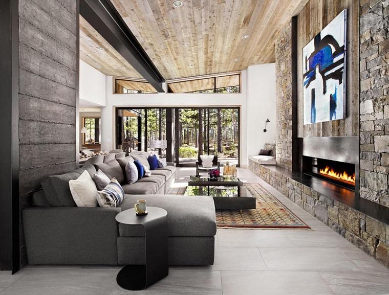 soffitti-in-legno-colore-chiaro-soggiorno-arredamento-rustico