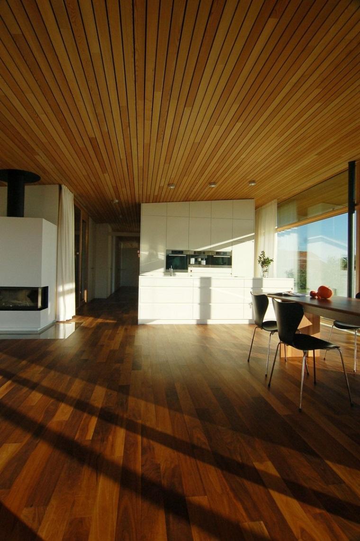 soffitto-legno-pavimentazione-ambiente-elegante-camino